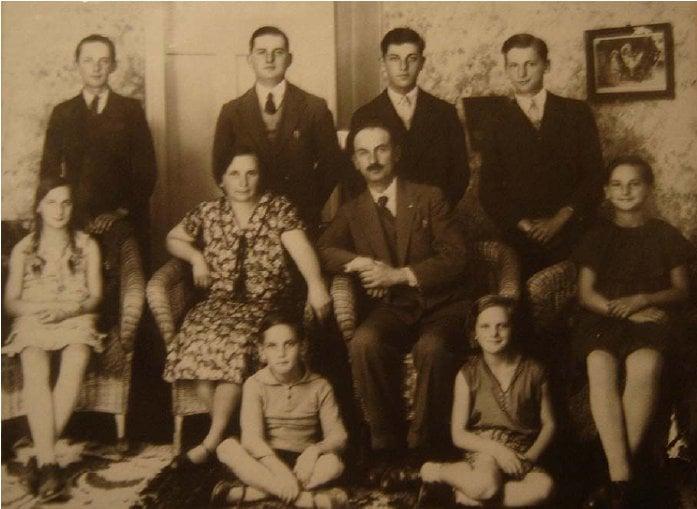 http://www.genealog.cl/Alemanes/B/Butendieck/FamiliaButendieckPetersen-proporcionadaNorbertoButendieckAusten.jpg
